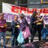 08.08.2019 Delegation aus Berlin während einer Kundgebung gegen die Immobilienfirma Bauwerk in Hamburg: